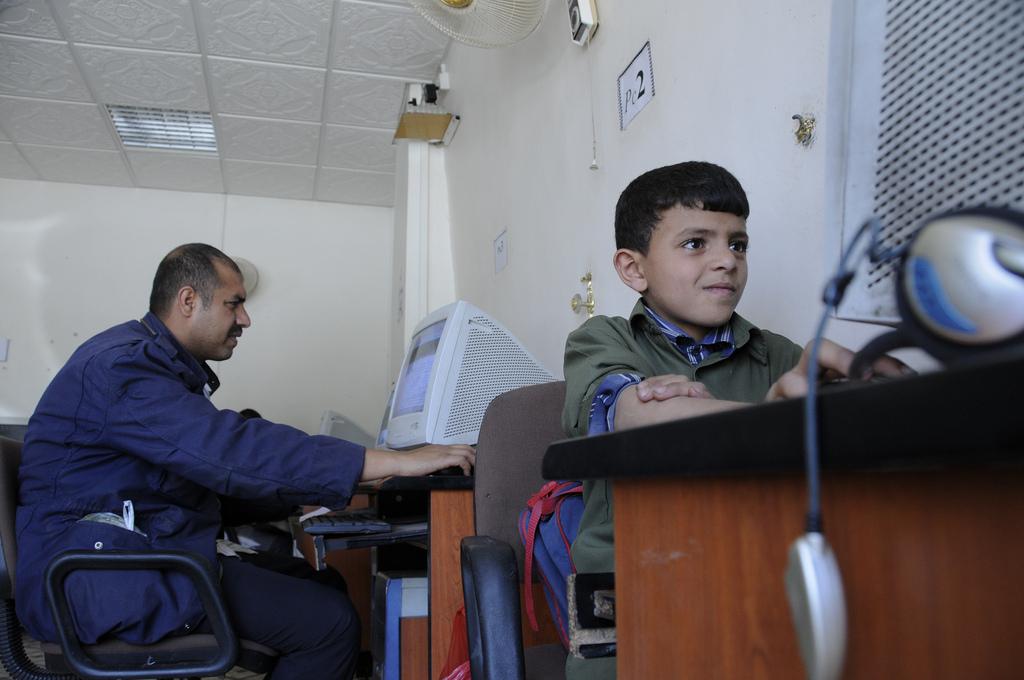 صورة لمرتادي مقهى للإنترنت في اليمن. الصورة من حساب البنك الدولي على فليكر.